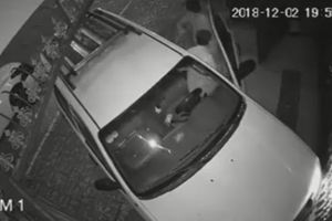 Tài xế ô tô tông thẳng vào nhà dân rồi vội vàng bỏ đi