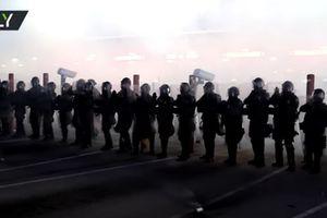 Cảnh sát Mỹ căng sức tập luyện đẩy lùi người di cư vượt biên trái phép