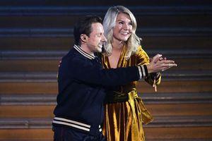 Clip: Nữ cầu thủ xuất sắc nhất thế giới bị 'quấy rối' ngay trên sân khấu lễ trao giải Quả bóng Vàng