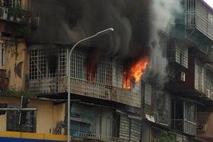 Cháy tại khu tập thể bị bao kín bởi 'chuồng cọp'