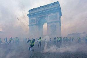 Xót xa nhìn Khải Hoàn Môn tiêu điều hậu 'cuối tuần đen tối'' tại Pháp