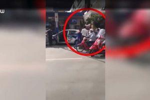 Tài xế taxi bị đập đầu vỡ kính sau va chạm