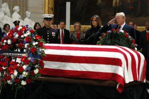 Tổng thống Trump giơ tay chào trước linh cữu cố Tổng thống George H.W. Bush