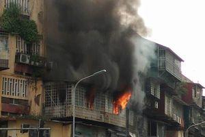 Cháy dữ dội tại nhà tập thể trên phố Phạm Ngọc Thạch
