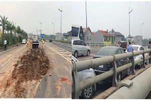 Tránh đống đất rơi giữa đường, 4 ôtô đâm nhau