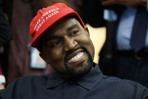 Chồng Kim Kardashian bị chỉ trích vì dùng điện thoại trong nhà hát