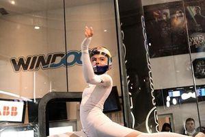Nữ vũ công bay lượn đẹp mắt trong lồng không trọng lực