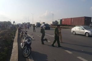 2 người đàn ông đi xe máy chết thảm sau va chạm với xe bồn chở xăng