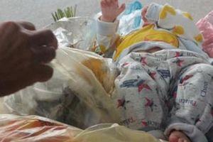Bé trai kháu khỉnh bị bỏ vào thùng rác ở Hà Nội