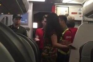 Máy bay hạ cánh vì thời tiết xấu, 2 hành khách chửi bới, dọa đánh tiếp viên