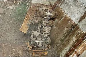 Xe tải lao xuống vực sâu, tài xế tử vong trong ca bin