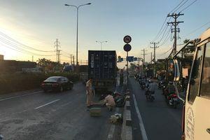 Chạy xe máy vào làn ô tô, người đàn ông bị container cán tử vong