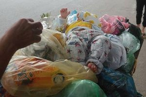 Xót xa bé trai bị bỏ trong thùng rác