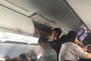 Hai hành khách tấn công tiếp viên ngay trên máy bay
