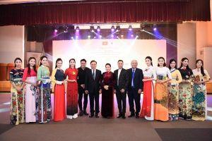 Á hậu Huyền My đẹp nền nã trên sàn catwalk với BST áo dài của NTK Đỗ Trịnh Hoài Nam