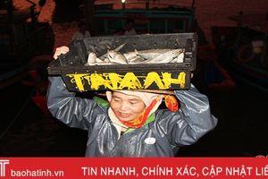 Nhọc nhằn nữ 'phu cá' ở cảng Thạch Kim