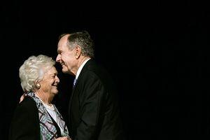 Vợ chồng cố Tổng thống Mỹ George H. W. Bush và mối tình lãng mạn 73 năm