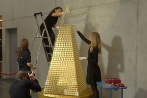 Hé lộ số vàng 'khủng' để làm cây thông đắt nhất châu Âu