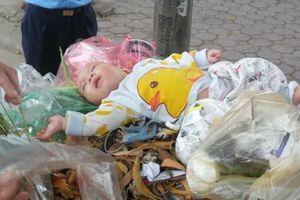 Bé trai kháu khỉnh khoảng 5 tháng tuổi bị người thân bỏ rơi trong thùng rác