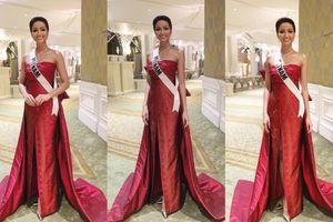 H'Hen Niê mặc chiếc váy thắt nơ khổng lồ trình diễn thời trang trong đêm tiệc V.I.P
