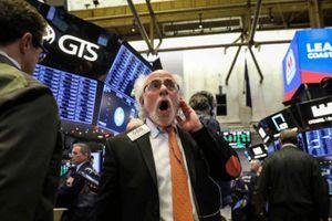 Chứng khoán Mỹ giảm mạnh, Dow Jones 'bay' gần 800 điểm
