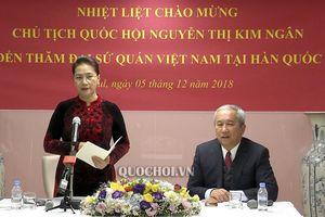 Chủ tịch Quốc hội gặp gỡ nhân viên Đại sứ quán và cộng đồng người việt tại Hàn Quốc