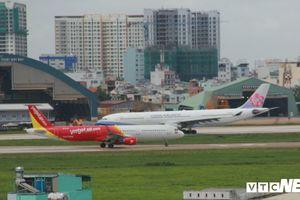 2 hành khách đòi đánh tiếp viên hàng không trên máy bay