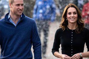 Khoảnh khắc hiếm hoi Công nương Kate nhìn chồng đắm đuối, 'sao chép' hành động tình tứ này từ em dâu Meghan