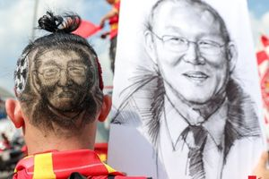 CĐV khắc họa chân dung HLV Park Hang- seo lên tóc, diễu hành trước trận bán kết lượt về Việt Nam - Philippines
