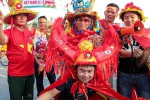 Muôn vàn trang phục cổ vũ cực 'chất' tiếp lửa cho ĐT Việt Nam trong trận bán kết lượt về