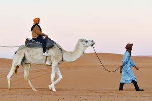 Hành trình cưỡi lạc đà, ngủ đêm sang chảnh trên sa mạc Sahara
