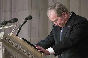Cựu tổng thống Bush bật khóc trong tang lễ của cha
