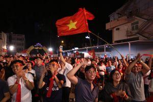 Người hâm mộ phấn khích khi tuyển VN ghi 2 bàn, giành chiến thắng