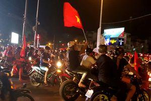 Hàng nghìn người Cần Thơ tràn ra đường