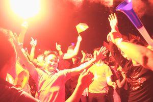 Sân Mỹ Đình rực đỏ với pháo sáng ăn mừng vé vào chung kết