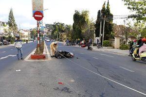 Xe môtô phân khối lớn tông vào xe máy, hai người bị thương