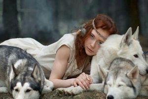 Cô gái trẻ dọa bạn trai chạy mất dép vì nuôi sói