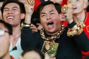 CĐV 'chói lòa' nhất phố đi bộ Nguyễn Huệ đeo 13 kg vàng đi cổ vũ
