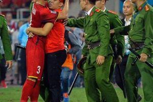 CĐV Việt Nam quá khích vào sân bị công an 'xốc nách' ra ngoài