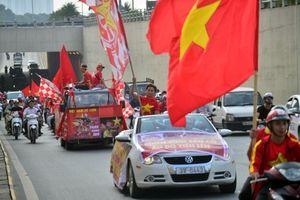 Người hâm mộ diễu hành trên đường phố, tiếp sức cho đội tuyển Việt Nam