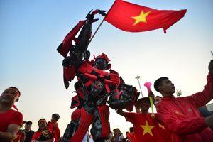 Người máy biến hình tới sân Mỹ Đình cổ vũ đội tuyển Việt Nam