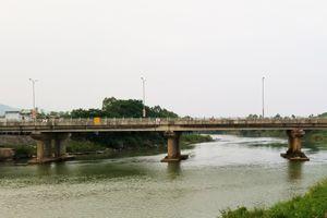 Châm cá trên sông, người phụ nữ nghi bị điện giật tử vong