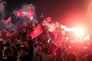 Sân Mỹ Đình rực đỏ với pháo sáng mừng VN vào chung kết sau 10 năm chờ đợi
