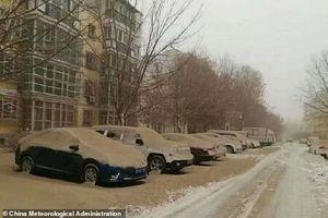Clip: Nhiều thành phố Trung Quốc bỗng hóa 'cát' sau trận bão