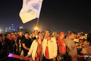 Giữa rừng cờ đỏ sao vàng, cặp vợ chồng mang cờ Hàn Quốc đi cổ vũ đội tuyển Việt Nam và lí do gây bất ngờ