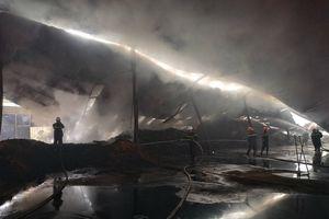 Hơn 100 tấn viên nén thành phẩm bốc cháy