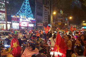 Cổ động viên vỡ òa mừng đội tuyển Việt Nam vào chung kết AFF Cup