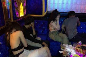 Khởi tố nhóm bảo kê, nhốt nhân viên karaoke vào nhà nghỉ để 'tiếp khách'