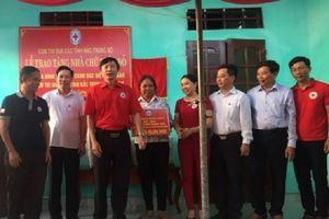 Bàn giao nhà Chữ thập đỏ cho gia đình hộ nghèo
