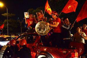 Tuyển Việt Nam giành vé vào chung kết, người dân kéo máy cày ra đường ăn mừng